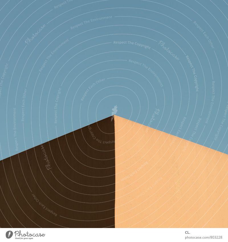 warm und blau Himmel Wolkenloser Himmel Schönes Wetter Haus Bauwerk Gebäude Architektur Mauer Wand eckig einfach Spitze Stadt diszipliniert Ordnungsliebe