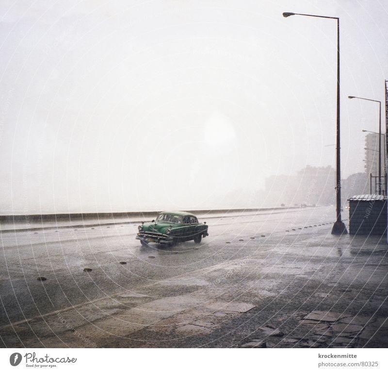 Malecon Oldtimer Regen Laterne Einsamkeit Ferien & Urlaub & Reisen Kuba nass trüb Asphalt Havanna El Malecón Wagen Wetter Gewitterregen PKW feucht Straßenbelag