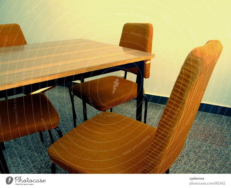 Zwischen den Stühlen Farbfoto Detailaufnahme Möbel Stuhl Tisch Bildung Arbeit & Erwerbstätigkeit Sitzung alt Denken Kommunizieren sitzen retro Polster leer Wand