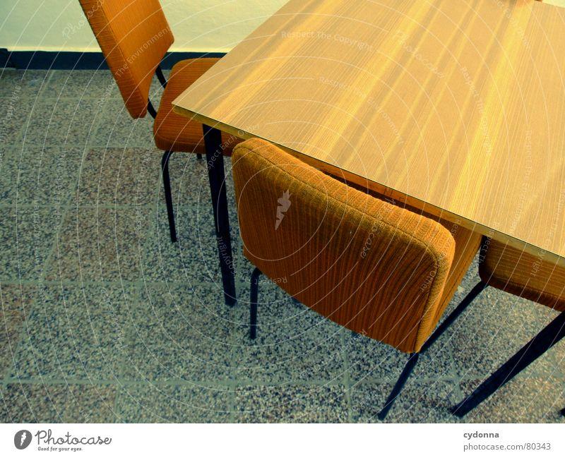 Zwischen den Stühlen I Stuhl Tisch leer Polster Wand retro Gesprächsrunde Sitzung Meinungsaustausch Informationsaustausch Verständigung Diskussionsrunde Bildung