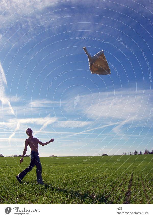 frühling Frühlingsgefühle fliegen wegwerfen Freiheit Kerl Jacke Wiese Gras grün Unbeschwertheit Gelassenheit Körperhaltung Stimmung Neuanfang Feld springen