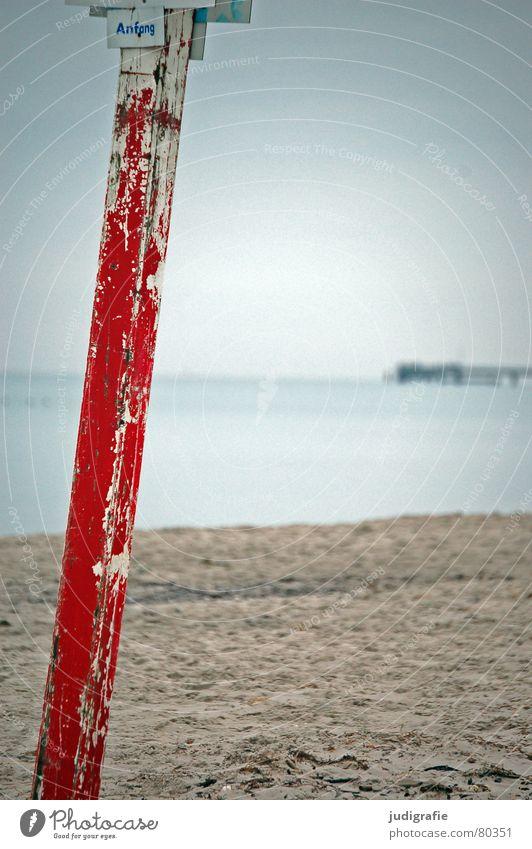 Anfang Wasser Himmel Meer rot Winter Strand Farbe Holz Sand Küste Schilder & Markierungen Beginn Hinweisschild Ostsee Strommast Säule