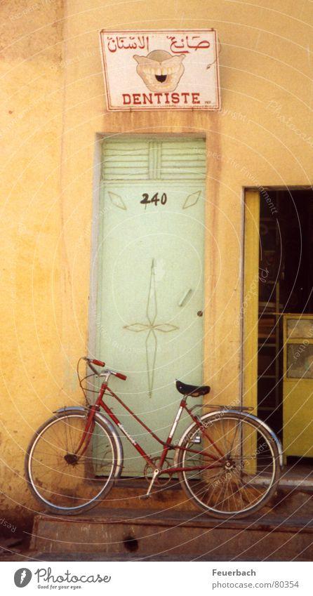Zahnarzt_hat_zu alt Ferien & Urlaub & Reisen gelb Tür Fahrrad geschlossen Schilder & Markierungen Ausflug Hinweisschild Zähne Vertrauen Arzt Afrika Werbung Schmerz Eingang