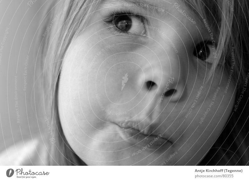 Kleiner Schelm Kind schön Mädchen schwarz Auge Junge lustig Mund süß niedlich Freundlichkeit Kleinkind Schüler Kindergarten frech zierlich