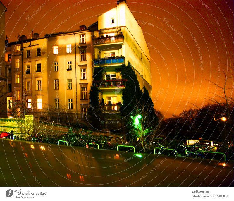 Nachbar Erkenntnis Nacht Langzeitbelichtung Haus Stadthaus Balkon Fenster Etage Treppenhaus Parkplatz Nachthimmel Hirsche Abendessen Venus Nachtruhe