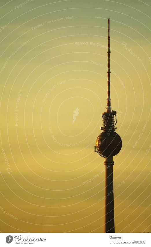 Fernsehturm Himmel Wolken Berlin Architektur groß Kreis rund Symbole & Metaphern Aussicht Kugel Denkmal Richtung Globus Wahrzeichen Radiogerät Abenddämmerung