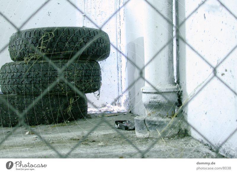 Reifenstapel Metall Zaun Garage Staub Lichteinfall