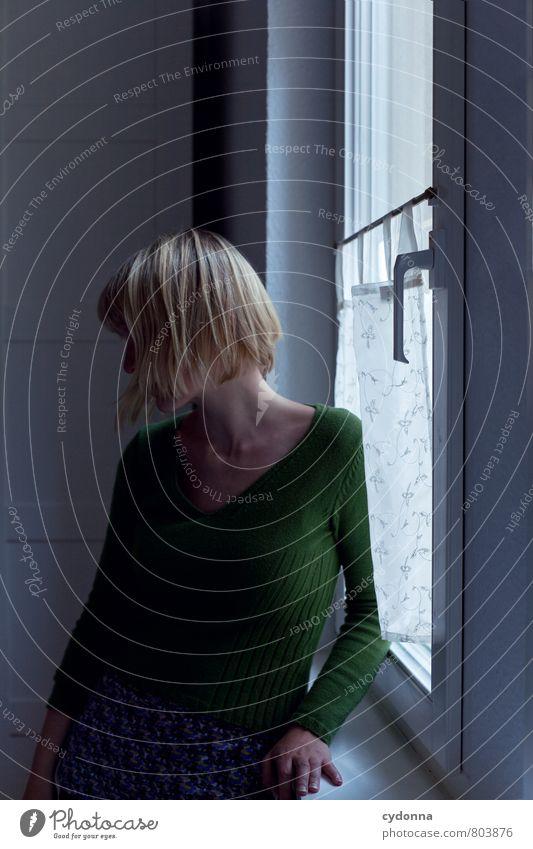Zu Raum Mensch Junge Frau Jugendliche Leben 18-30 Jahre Erwachsene Fenster Stress Beratung Einsamkeit Enttäuschung Gefühle geheimnisvoll Hilfsbereitschaft