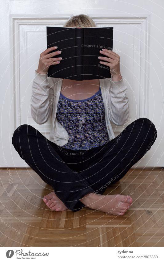 Vertieft Erholung ruhig lesen Wohnung Raum Bildung lernen Studium Mensch Junge Frau Jugendliche Leben 18-30 Jahre Erwachsene Tür Beratung entdecken