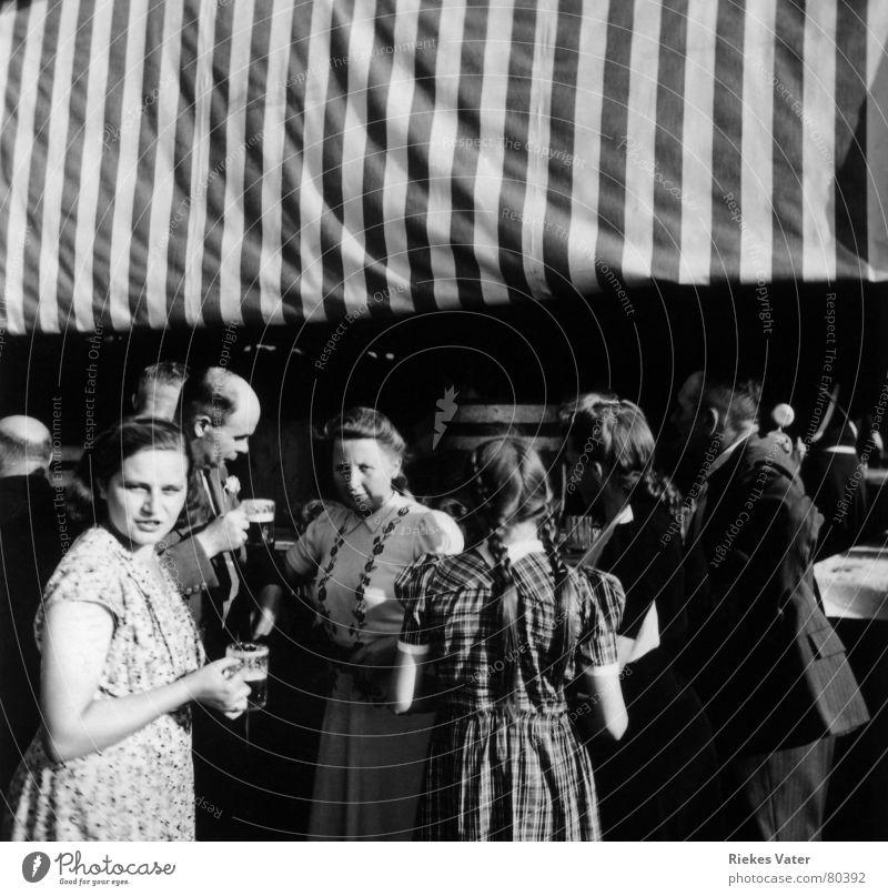 Schützenfest Frau Kind Mann Mädchen Freude Party Menschengruppe Feste & Feiern trinken Freizeit & Hobby Dorf Bier Jahrmarkt Theke Zopf Fünfziger Jahre