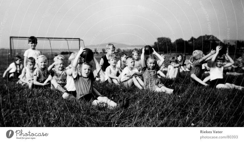 Turnstunde Sportmannschaft Ballsport Kind Mädchen Sportplatz Dorf Turnen Sportveranstaltung Schulunterricht Gras Wiese Fußballtor Fünfziger Jahre Menschengruppe
