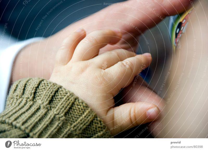 Hand in Hand Baby Junge Kind Taufe Kleinkind Handgriff Enkel Mann handhaben Vater Wicht Zuneigung selbstgemacht Täufling Mensch handpflege die taufe empfangen