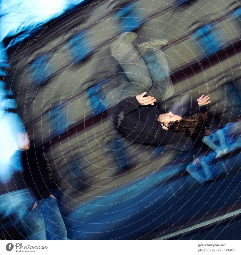Und er dreht sich doch Trampolin gewagt Mann Salto springen Turnen Freizeit & Hobby Stadt Unschärfe Aktion Blitzlichtaufnahme Junger Mann Mensch Spielen