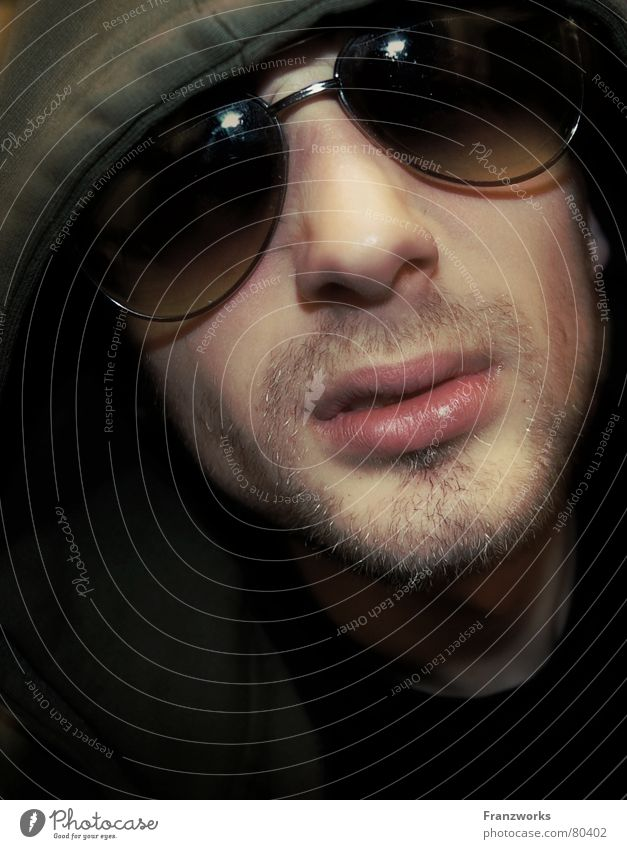 Prollfuchtler... Zuhälter selbstbewußt Sonnenbrille lässig Kapuze Mütze Baseballmütze Brille Bart Mann dunkel Hochmut kalt Körperhaltung Proletarier Wirt