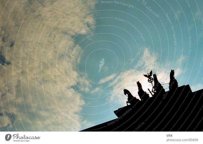 Arm aber sexy.. Dämmerung Silhouette Wahrzeichen Brandenburger Tor Denkmal Berlin Himmel Sonne Schatten Profil Pferdefuhrwerk