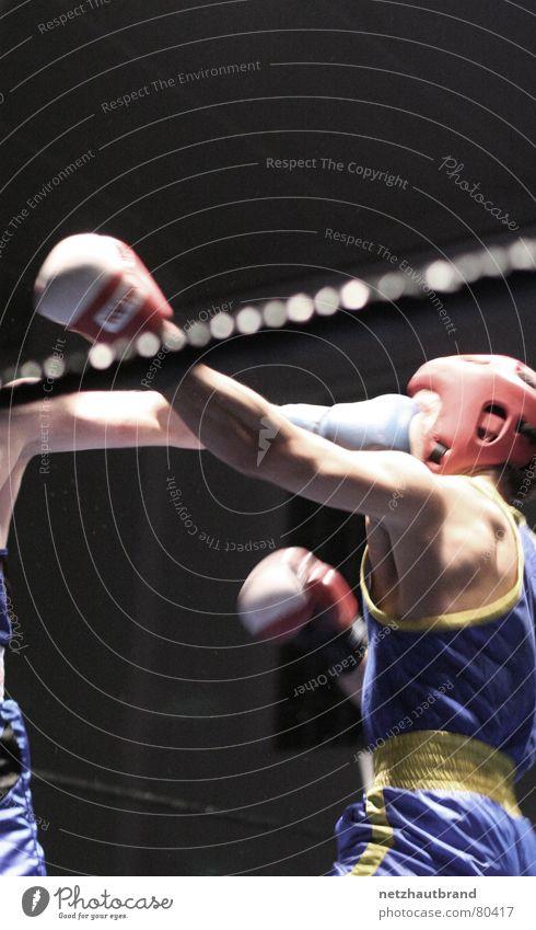 Fratzengulasch machtlos Boxhandschuhe entladen Züchtigung Nervosität dreschen Präzision schlagen Gewalt hilflos Helm Wut Treffer geplatzt Schutzhelm Gesicht