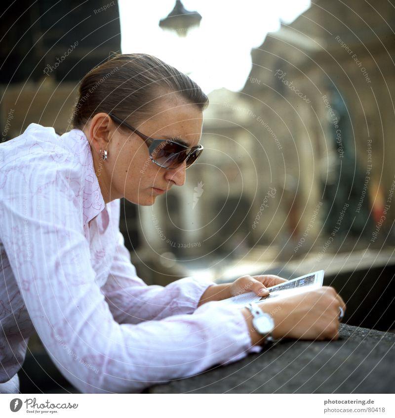 praha Farbfoto Außenaufnahme Tag Schwache Tiefenschärfe Totale Porträt Wegsehen Lifestyle Glück Erholung lesen Tourismus Städtereise Sommer Uhr Mensch feminin