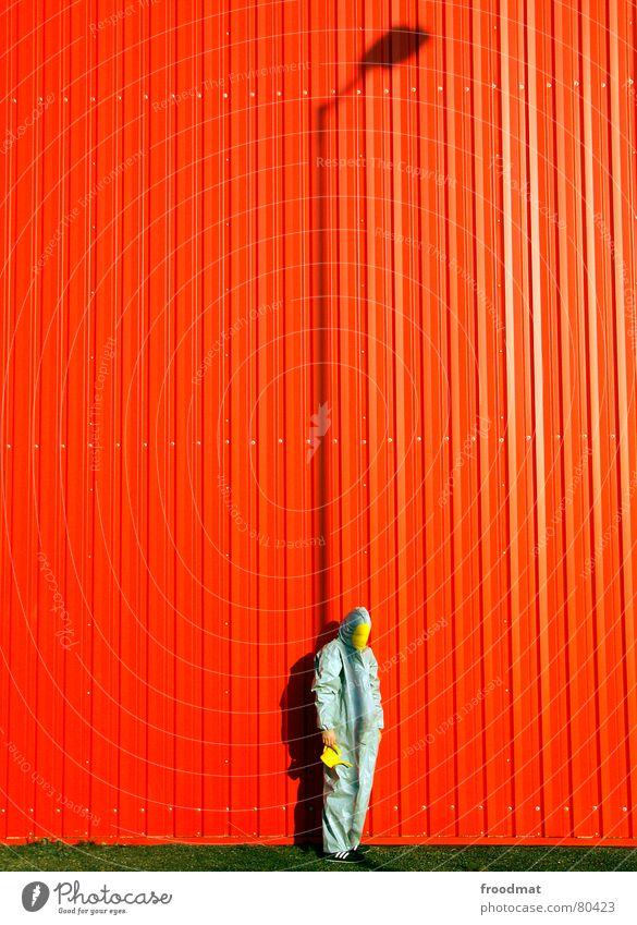 grau™ - steht hinter der laterne rot Freude gelb Lampe Wand grau Kunst lustig verrückt Rasen Maske Anzug Laterne dumm Surrealismus Gummi