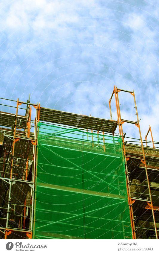 Baugerüst Himmel grün blau Wolken Gebäude Architektur Netz Absicherung