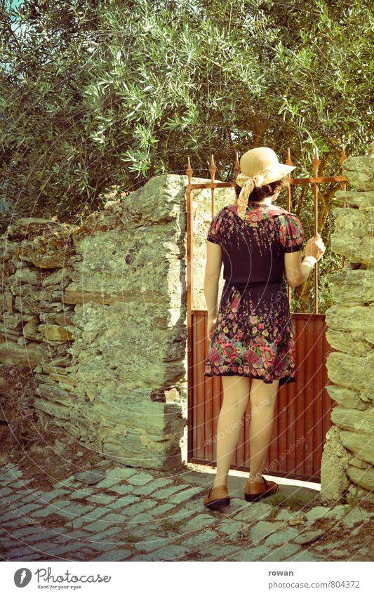 gartentor Mensch feminin Junge Frau Jugendliche Erwachsene 1 Garten Gartentor Eingang Olivenbaum Kleid Hut Mauer eintreten aufmachen Erwartung Wärme Steinmauer