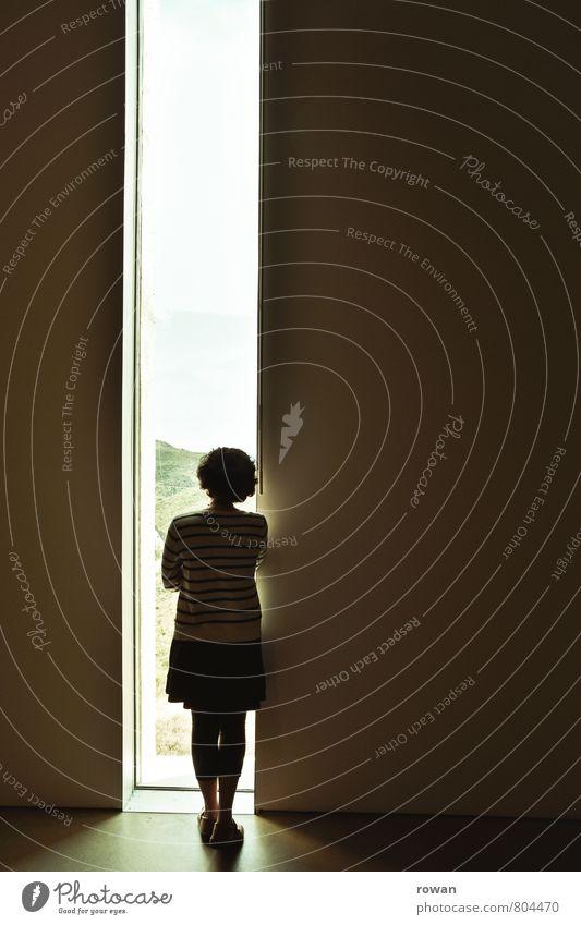 || Mensch feminin Junge Frau Jugendliche Erwachsene dunkel Spalte Aussicht Fensterblick Architektur Wand modern Museum Lichteinfall Fensterscheibe Einsamkeit