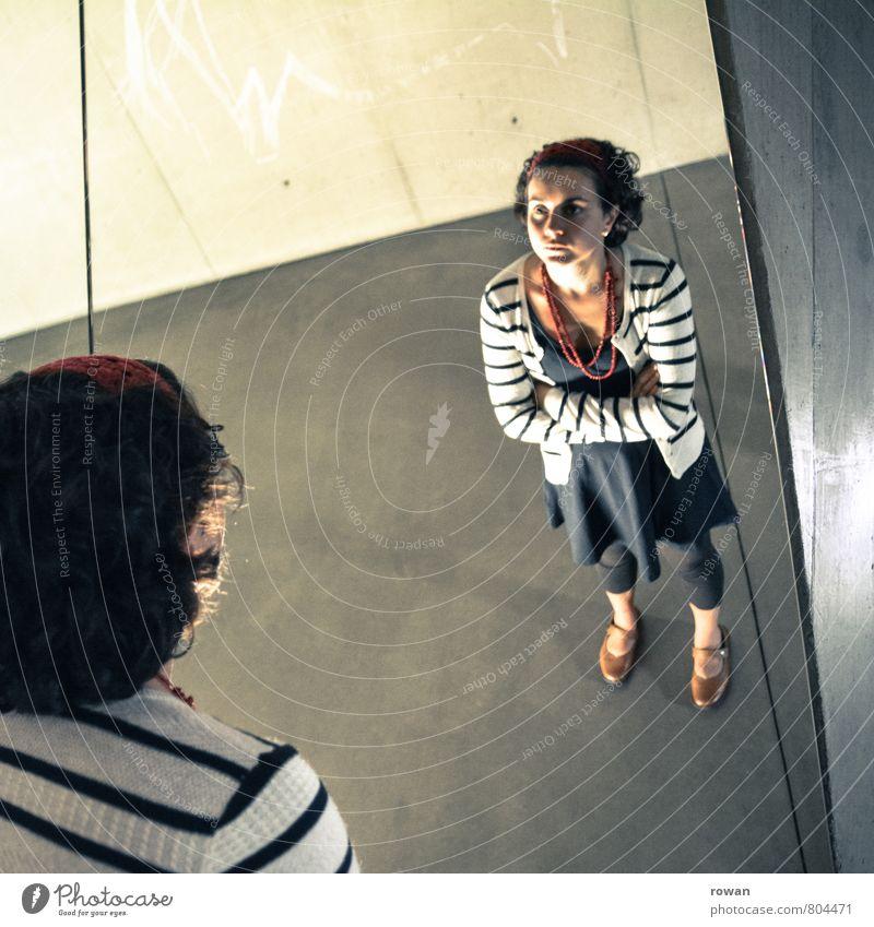 überkopf Mensch Frau Jugendliche Einsamkeit Junge Frau Erwachsene feminin einzigartig Spiegel Irritation bizarr Langeweile Identität skeptisch Spiegelbild Psychische Störung