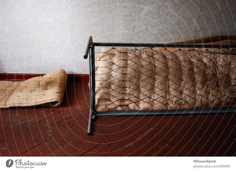 Bettgeschichten ODER Milbenzuchtanstalt Einsamkeit dreckig Arme frei leer Vergänglichkeit Dinge verfaulen verfallen Müll Tapete Möbel schäbig Decke