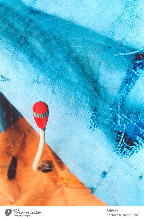 müll-knospe alt blau rot orange kaputt Müll Vergänglichkeit Stoff Statue obskur Kunststoff Loch Blütenknospen Schrott zerstören entsorgen