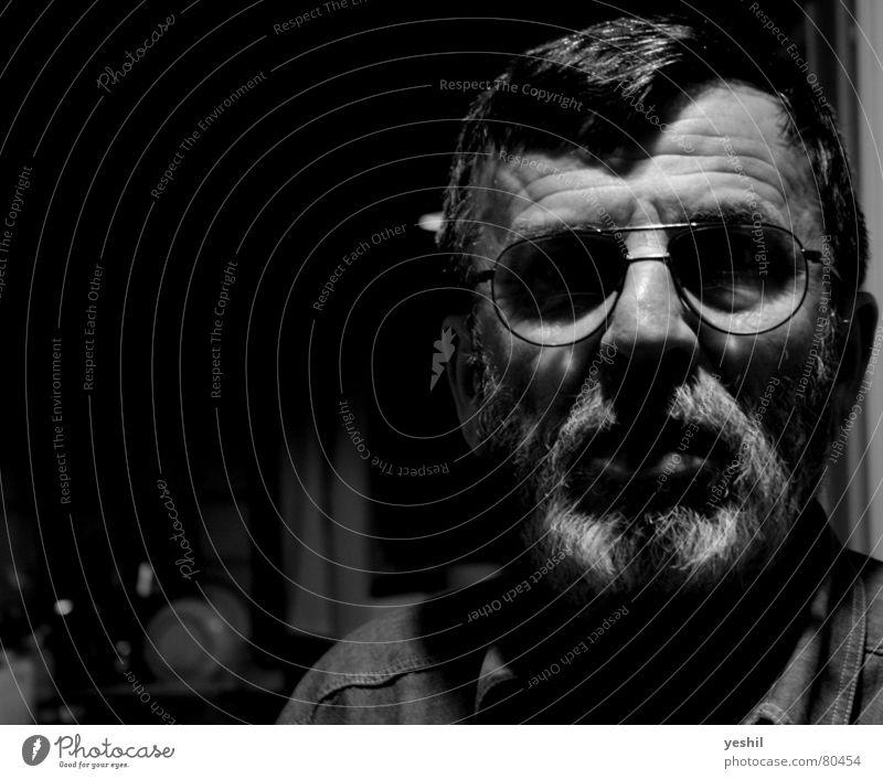 Der Philosoph gnadenlos dunkel Brille Bart Weisheit Denken klug Mann Vollbart Hemd schwarz Stirn Licht Glas Angst Perspektive Schwarzweißfoto Panik