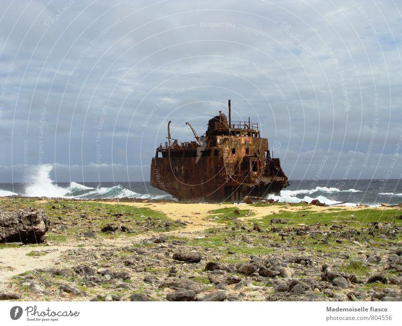 Gestrandet Insel Wellen Wasser Wind Küste Schiffswrack Rost bedrohlich gigantisch gruselig kaputt Abenteuer stagnierend Umweltverschmutzung Verfall Zerstörung