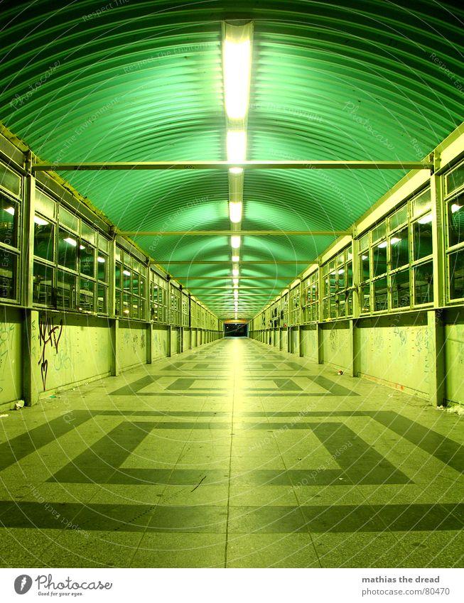 einstelldatum 18. 12. 2006 grün geradeaus Symmetrie Muster dunkel gefährlich Fluchtpunkt Nacht Licht ruhig hell Einsamkeit Bodenbelag Berlin Fenster Tunnelblick