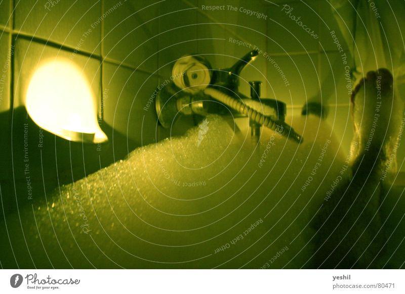 Das Bad Körperpflege Wasserhahn Duschkopf Licht Kerze Schaum Badewanne dunkel grün Vorhang nass Fußballer Gelenk Gebündeltes Licht Gischt Pediküre