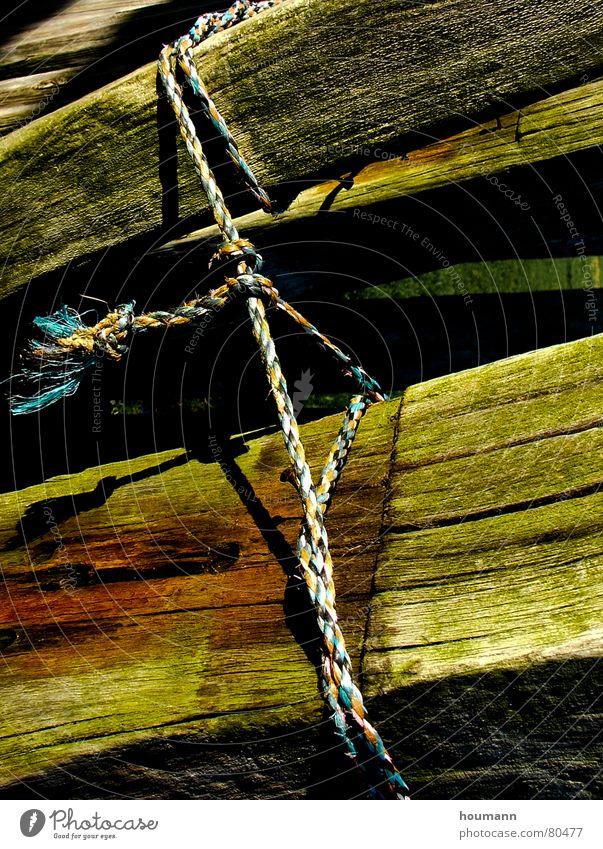 Tied up grün Dreieck Holz Konzentration Kraft Macht Balken old knot beams triangle shadows Schatten alt Seil Knoten