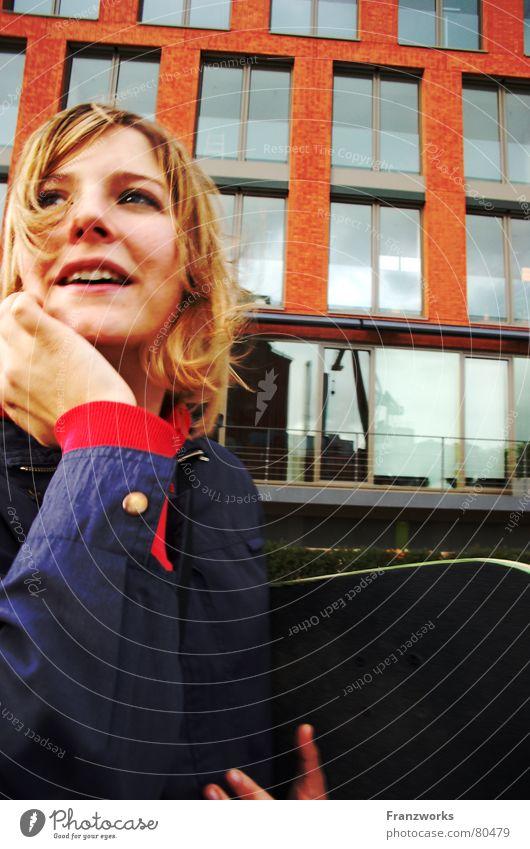 Blauer flauer Pflaumenbaumtraum... Haarsträhne Fenster Reflexion & Spiegelung verträumt amüsiert Haus Denken blond Fensterfront Skateboarding Spielen Münster