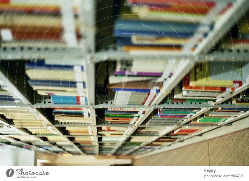 Was willst du wissen? Schulbücher Bücherregal Ratgeber Buch Bibliothek Regal lang Bildung ausleihen Leser in allen einzelheiten verleihen borgen Ferne