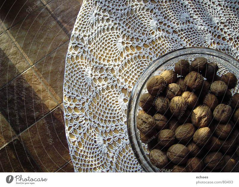 have a nut Nuss Nut liegen Vielfältig groß proportional unten braun Muster Gesundheit dunkel ruhig Tisch Walnuss Loch rund klein eng Hoffnung Strahlung Herbst