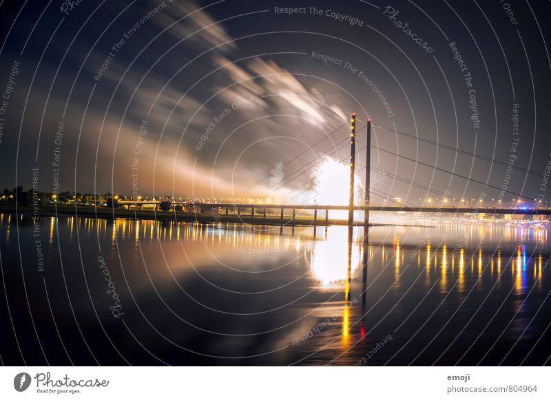 Düsseldorf Wasser Himmel Flussufer Stadt Brücke bedrohlich dunkel Feuerwerk Explosion Farbfoto Außenaufnahme Menschenleer Nacht Lichterscheinung