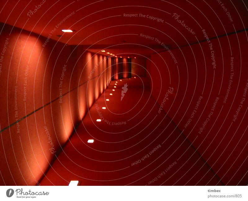 roter-Flur neu Wandteppich Lampe Licht dunkel Teppich Beleuchtung Durchgang Architektur Schatten Zentralperspektive Fluchtlinie Menschenleer geradeaus