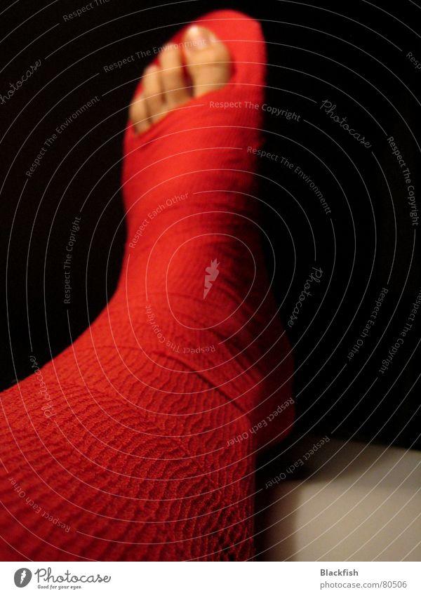 Verbundenheit II Pfleger rot Zehen Schlaufe schwarz Warnleuchte verbinden Zerreißen zusammenwachsen Außenband Makroaufnahme Nahaufnahme Ballsport Verband