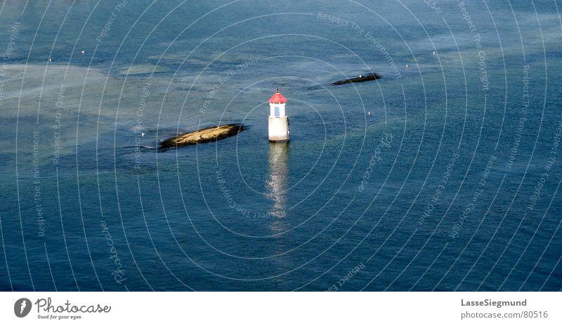 kleiner Leuchtturm Wasser Meer blau Sommer Felsen Insel Norwegen einzeln Fjord Atoll