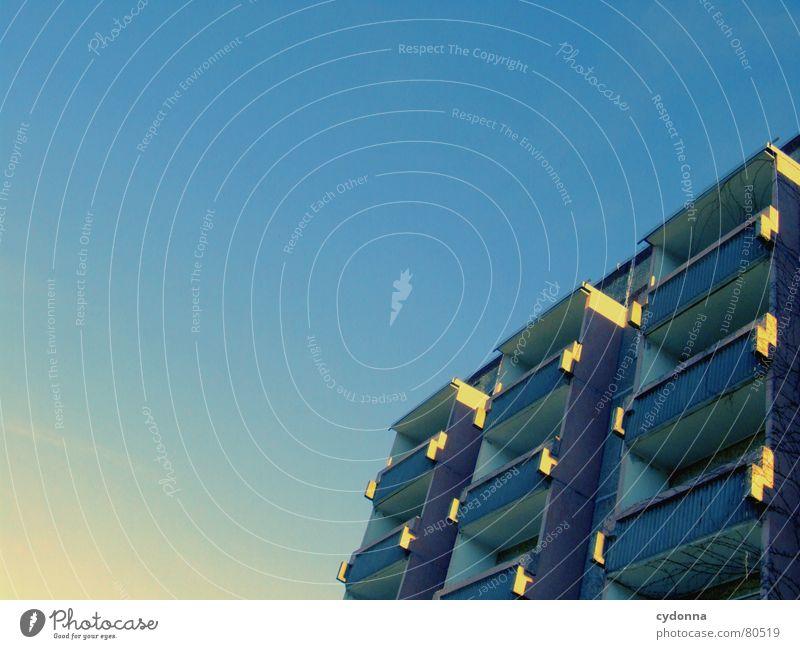 Himmelskörper Himmel Sonne blau Haus Einsamkeit Leben grau Gebäude Zusammensein Beleuchtung Wohnung Beton Hochhaus Perspektive retro