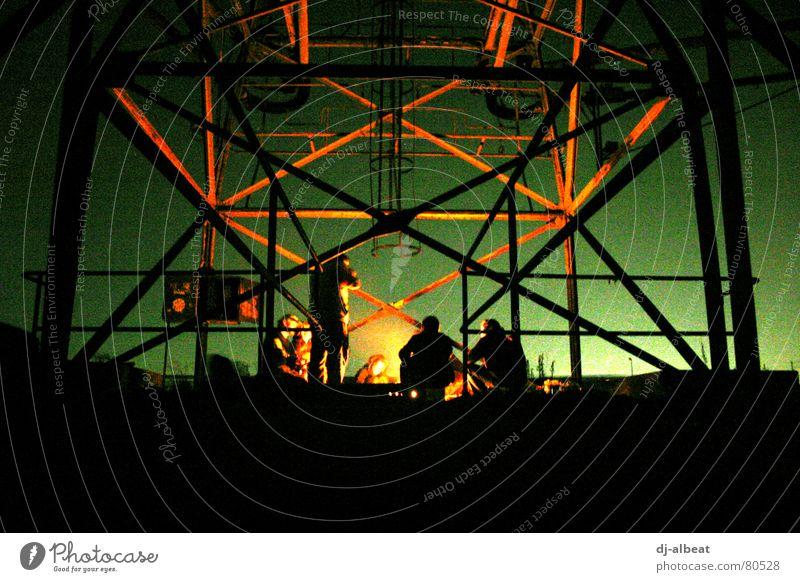 BBQ in Mannheim Jungbusch Punk Grillen Freundschaft Dämmerung Eisen kalt dunkel grün schwarz rot Gesellschaft (Soziologie) Nacht Froschperspektive Außenaufnahme