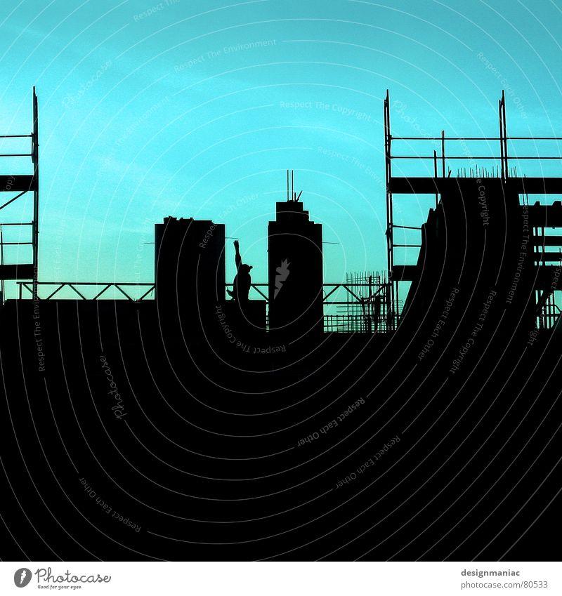 Sooo groß bin ich. Himmel Mann grün blau Wolken Winter Haus schwarz kalt Wand oben Mauer hell Arbeit & Erwerbstätigkeit Deutschland Wind