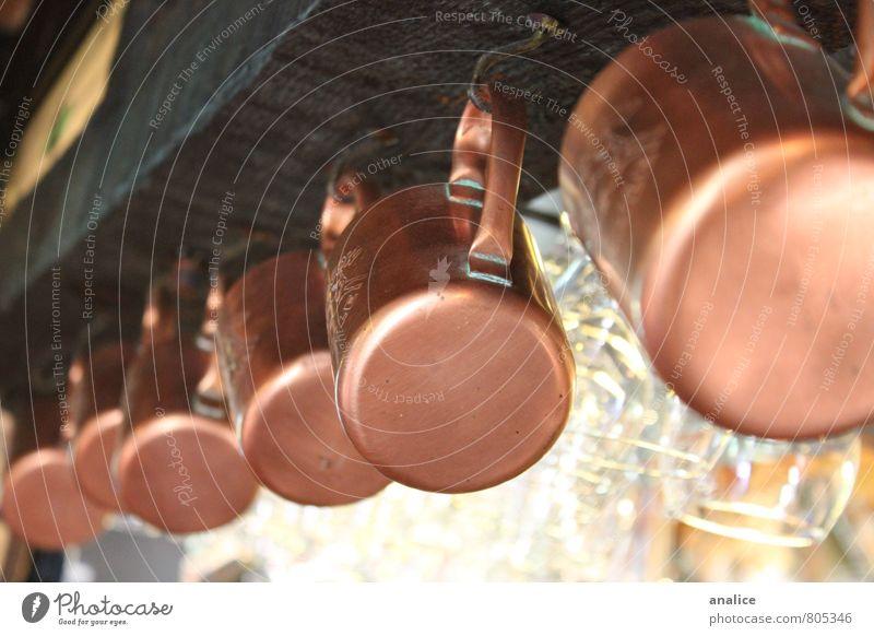 betrunkener als ein Becher Tasse Bar Cocktailbar gold Kaffeebecher Tee Heißgetränk hängen Linie Glas rustikal Küche Farbfoto Gedeckte Farben Innenaufnahme