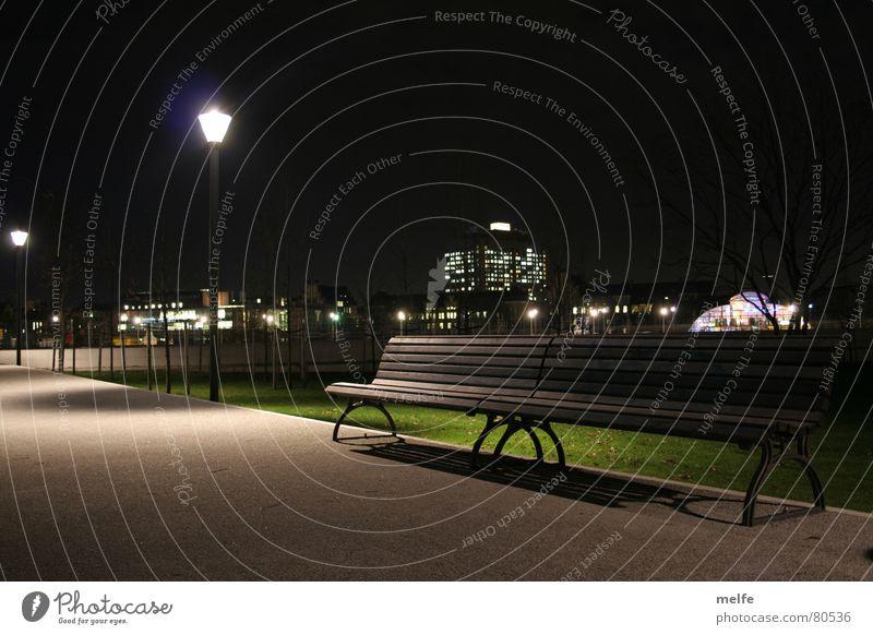 nächtlicher Spaziergang Einsamkeit dunkel Berlin Garten Wege & Pfade Park hell frei leer gefährlich Bank bedrohlich Sauberkeit rein Bahnhof
