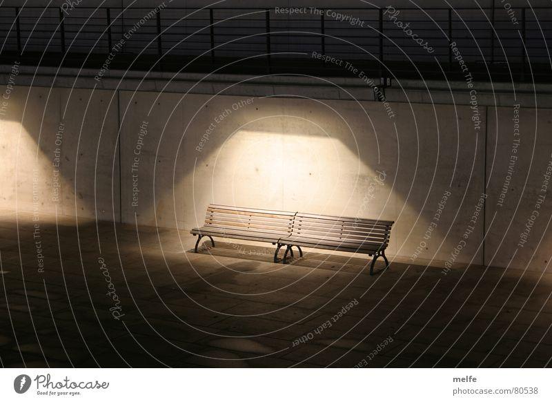 na, traut sich keiner? dunkel Einsamkeit unheimlich Nacht abgelegen gruselig trist verloren Licht Verkehrswege im scheinwerferlicht Bank Beleuchtung Traurigkeit