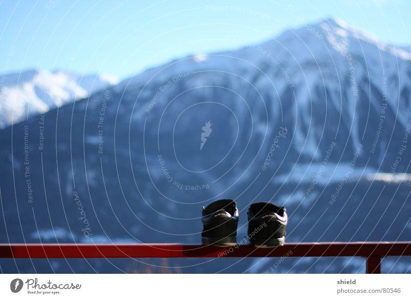 those boots are made for walking Hausschuhe Turnschuh Schuhe Winter Panorama (Aussicht) Schweiz Schlappen Bergkette Alm Berge u. Gebirge schuhe wichsen
