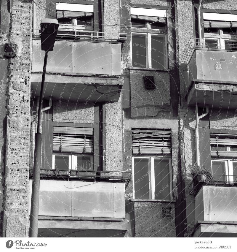 Erneuter Aufschwung der Sanierungsabsichten Prenzlauer Berg Altstadt Stadthaus Fassade Balkon Fenster kaputt retro trist Stimmung Verfall Vergangenheit