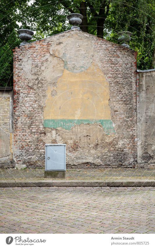 Rückseite einer alten Friedhofsmauer Himmel Sommer Baum Stadt Architektur Mauer Wand Straße Backstein authentisch dreckig historisch kaputt trashig Stimmung