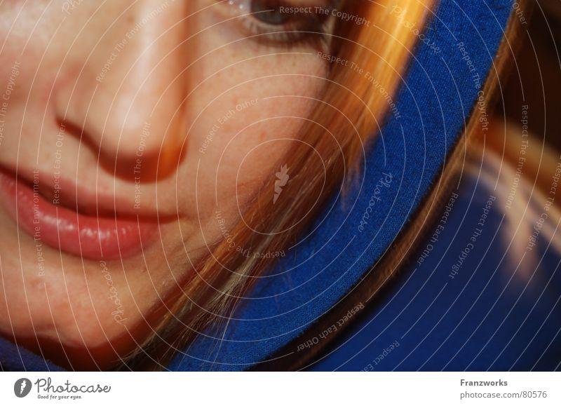 Feel blue? Frau schön Gesicht lachen Denken blond Wohnung Perspektive nah Lippen weich Müdigkeit Pullover gemütlich Aussehen Kapuze